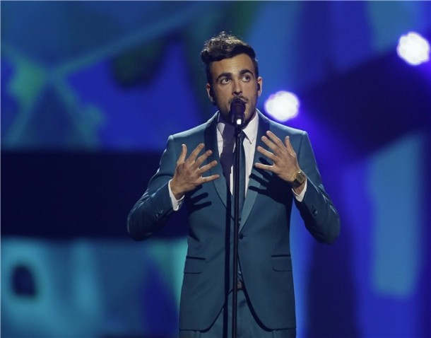 Marco Mengoni oozed stle in this blue suit